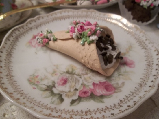 (Katrine) Decorated Fake Cannoli