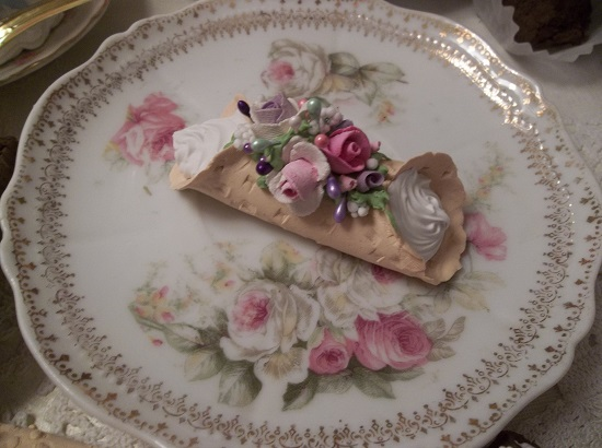 (Violet Rosa) Decorated Fake Cannoli
