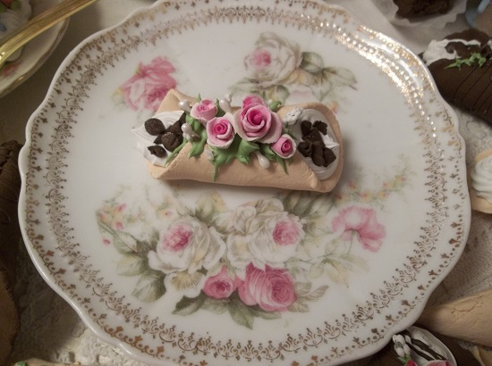 (Charollote) Decorated Fake Cannoli