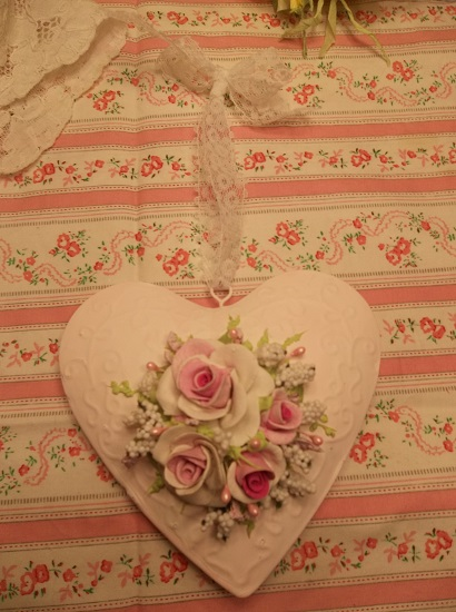 (Lacy Rosa) Handpainted Tin Heart Ornament