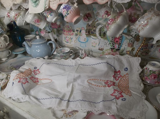 (Basket Of Flowers) Dresser Scarf