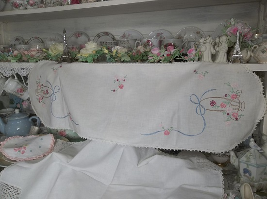 (Baskets Of Blooms) Dresser Scarf