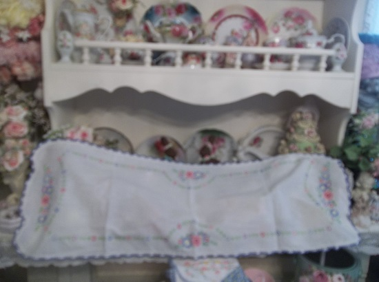 (Vintage Cottage) Dresser Scarf
