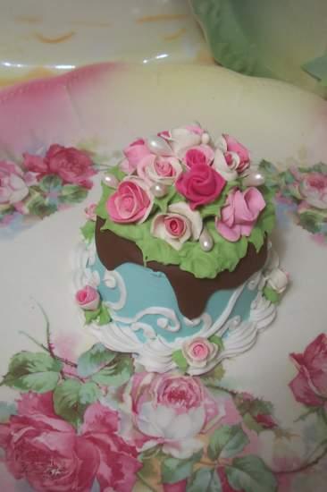 (Aquilla Cha Cha) SHABBY COTTAGE  ROSE DECORATED FAKE CAKE