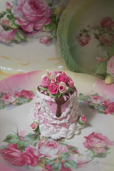 (Davitta) SHABBY COTTAGE  ROSE DECORATED FAKE CAKE