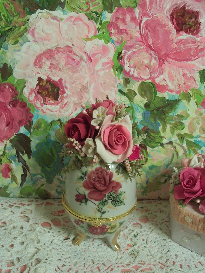 (Rosa Bella) Decorated Egg Trinket Box