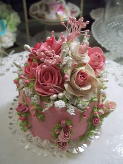 (Gwenith) SHABBY COTTAGE  ROSE DECORATED FAKE CAKE