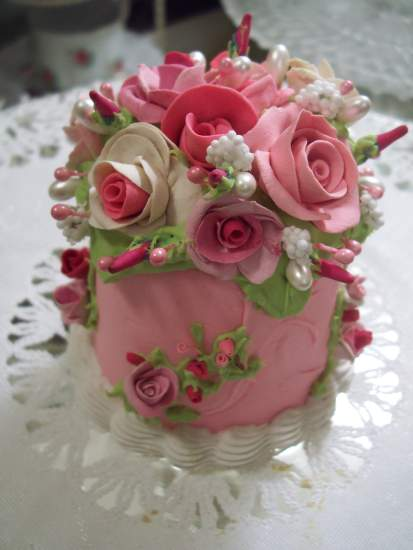 (Jean)  COTTAGE  ROSE DECORATED FAKE CAKE
