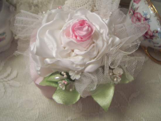 (SophiaRosa) Wood Style Shaker Type Box With Hand Sewn Roses