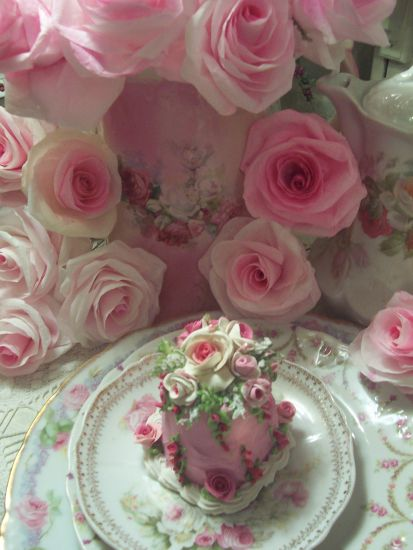 (Madison) FUNKY JUNK ROSE DECORATED FAKE CAKE CHARMING!!