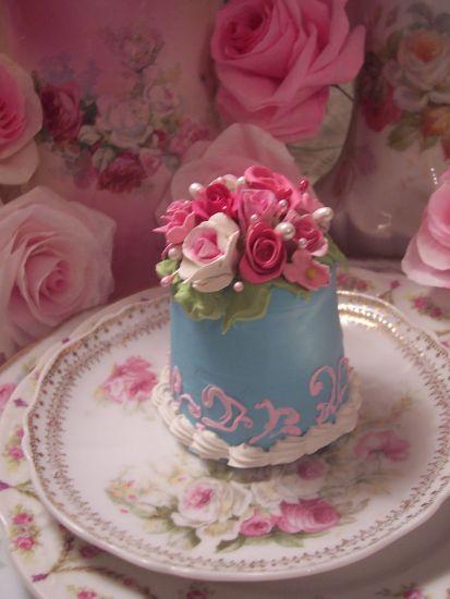 (MaKayla) FUNKY JUNK ROSE DECORATED FAKE CAKE